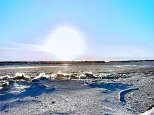 Radiante sol brillando sobre la nieve
