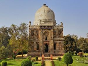 Jardines junto a un bonito edificio indú