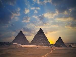 Sol tras las Pirámides de Egipto
