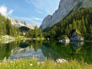 Pequeño lago rodeado de montañas
