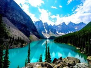 Bonito lago de aguas turquesas