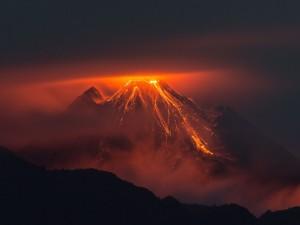 Volcán en erupción visto en la noche