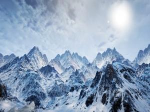 Picos montañosos cubiertos de nieve