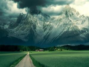 Valle verde bajo las grandes montañas