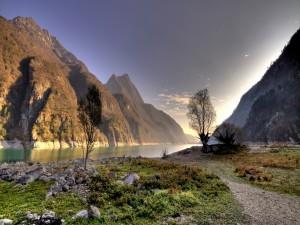 Sol iluminando el río y las montañas