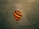 Un globo volando sobre el campo
