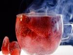 Una taza con té de fresas