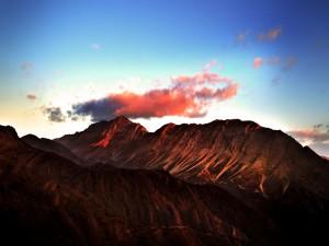 Nube rojiza sobre la montaña
