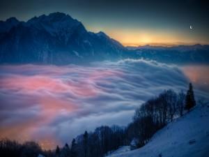 Luces bajo la gruesa capa de nubes