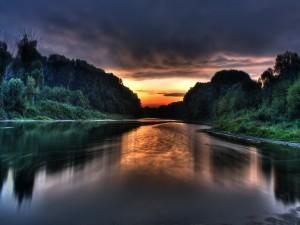 Amanecer reflejado en el cauce del río