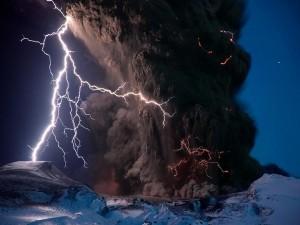 Rayos y un espeso humo negro saliendo de un volcán