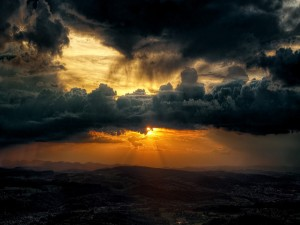 Sol escondido entre las nubes