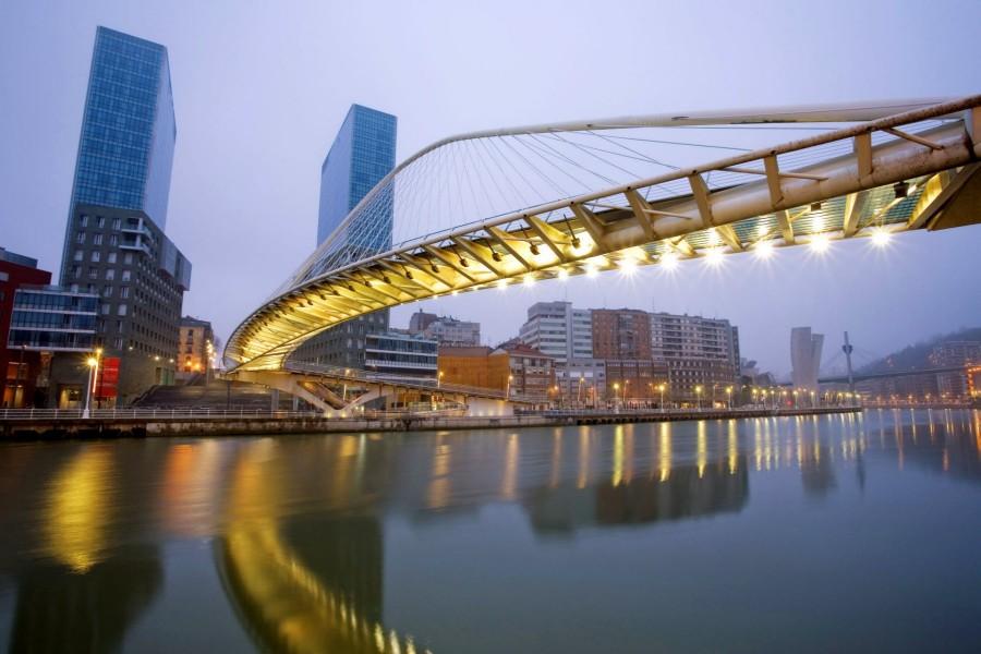 Puente Zubizuri o puente Blanco (Bilbao, España)