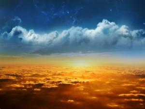 Nubes de dos colores en el atardecer