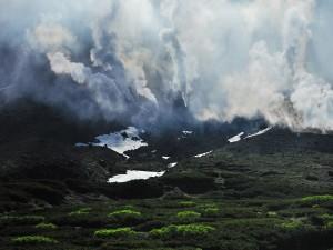 Avalancha de nubes sobre la montaña