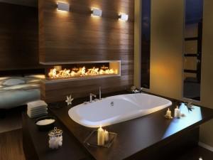 Romántico cuarto de baño con velas y fuego de chimenea