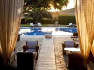 Vista a una sensacional piscina en el jardín