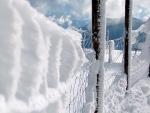 Valla cubierta de nieve