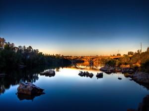 Piedras y puente sobre un río