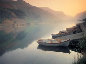 Barcas en la orilla del río