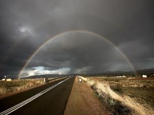 Arcoíris sobre una carretera