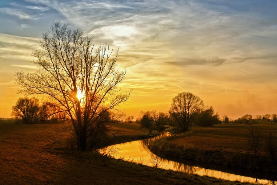 Río iluminado al amanecer