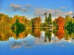 Casa y árboles junto al lago