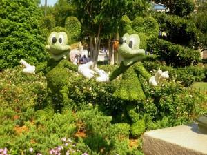 Mickey y Minnie en el jardín