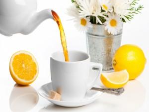 Flores y té con limón