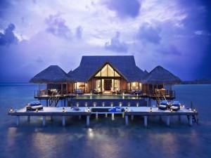Casa flotante en el mar con piscina y zona de descanso