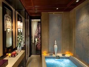 Acogedor baño estilo oriental con jacuzzi