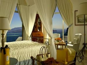 Dormitorio con dosel al estilo clásico y vista al exterior