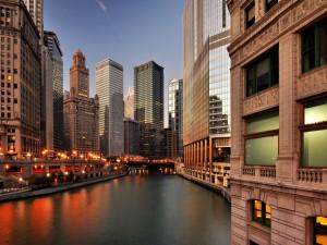 Canal del río Chicago entre los edificios de la ciudad