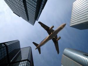 Avión Airbus A320 volando sobre los rascacielos