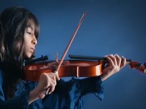 Joven interpretando música con su violín