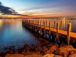 Muelle sobre el lago visto al amanecer