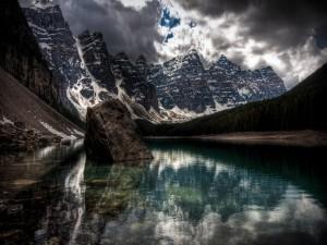 Roca en medio de un lago