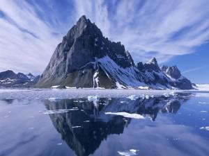 Montañas junto al agua helada