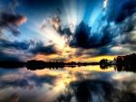 Hermoso cielo reflejado al amanecer