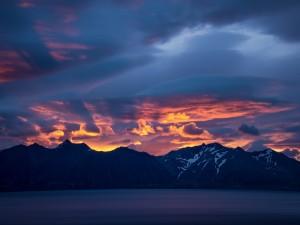 Cielo iluminado tras las montañas