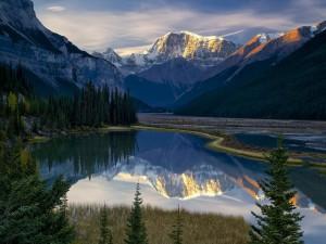 Montañas nevadas reflejadas en el agua