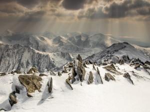 Rayos de sol iluminando las montañas nevadas