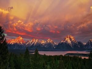 Montañas iluminadas por el sol