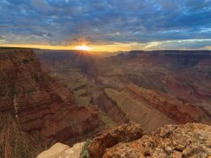 Hermoso amanecer en el cañón