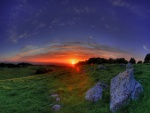 Contemplando el amanecer desde el prado