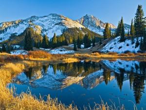 Montañas nevadas recibiendo la luz del sol