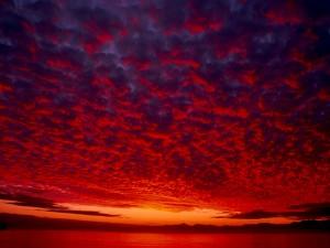 Cielo rojizo cubierto de nubes