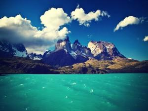Montañas junto a un lago turquesa