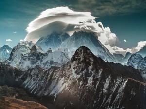 Grandes nubes sobre la cima de una montaña