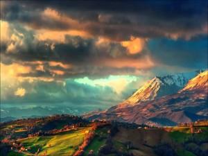 Sol iluminando el valle y las montañas